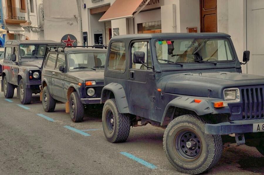 classic 4x4 lada niva vs Land rover Defender and Jeep Wrangler