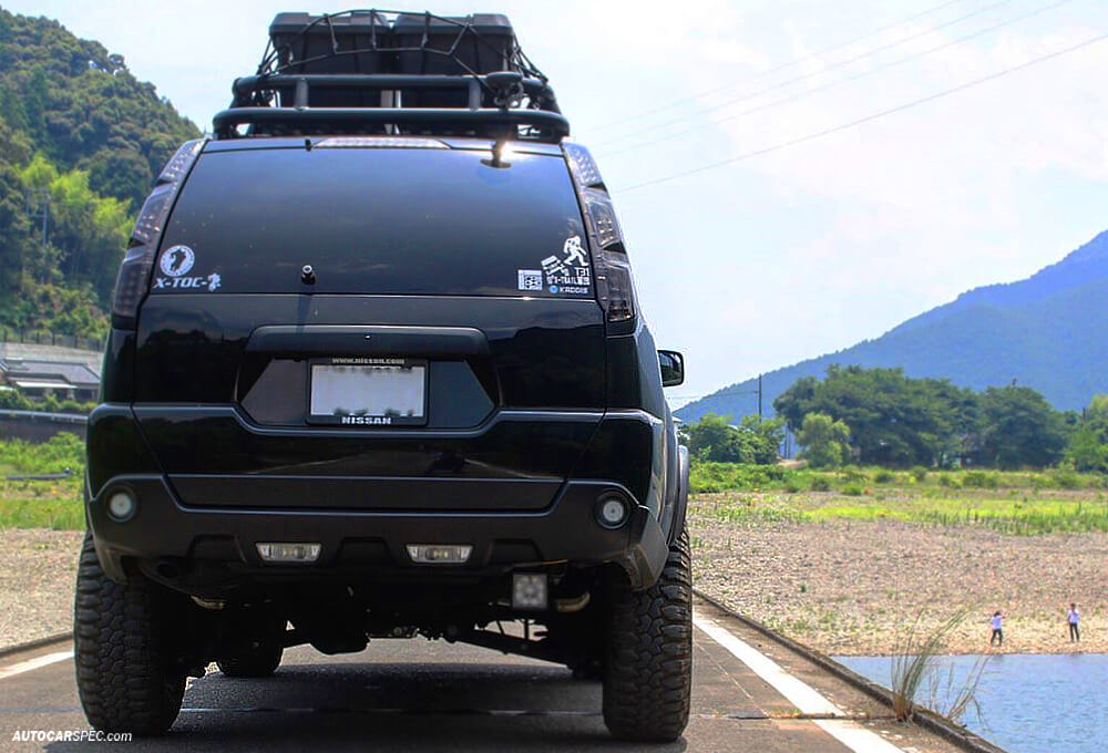 Nissan X-trail with tubular roof rack and cargo box