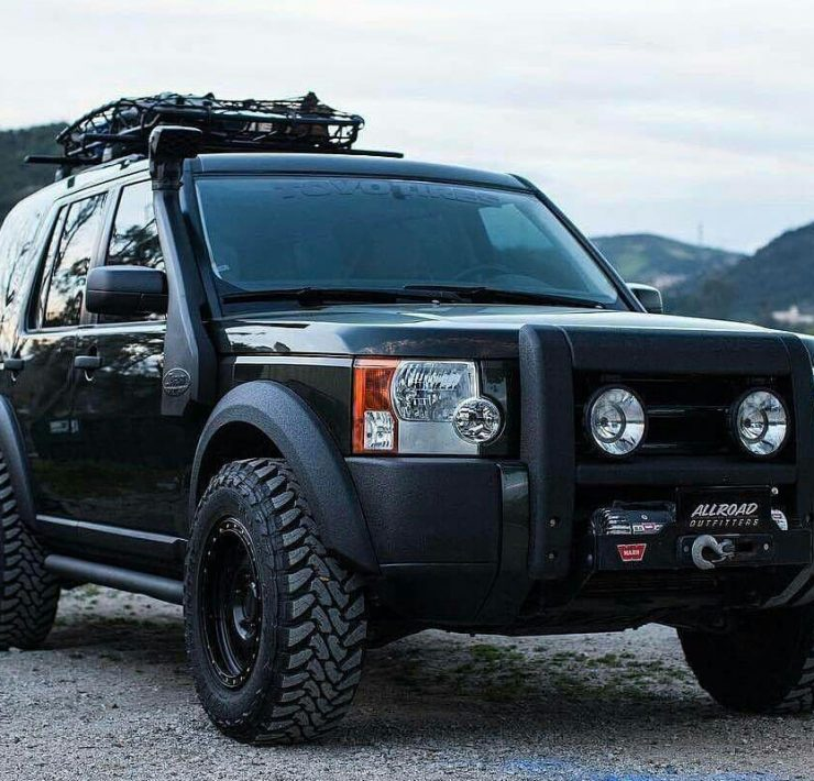Lifted Land Rover LR3 on 32 inch off road wheels