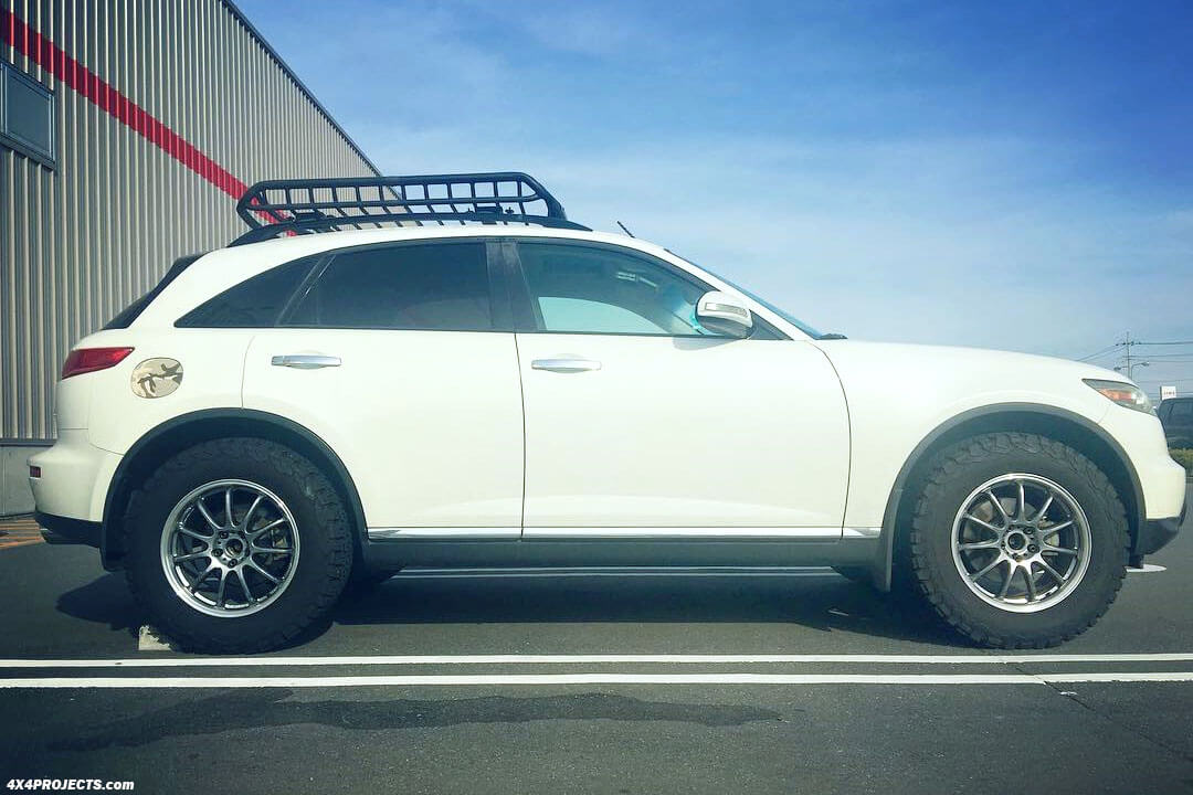 Lifted Infiniti QX70 with off road tires