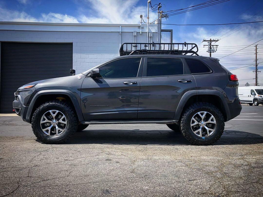 Jeep Cherokee KL - offroad Crossover with a lift