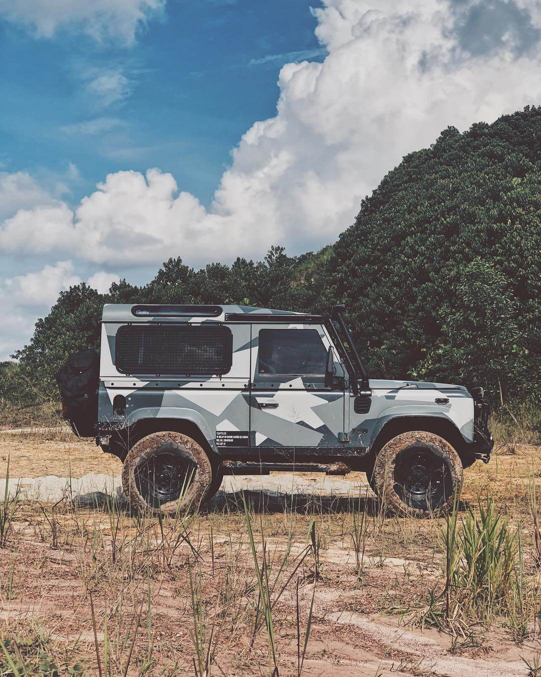 Land Rover Defender 90 side view