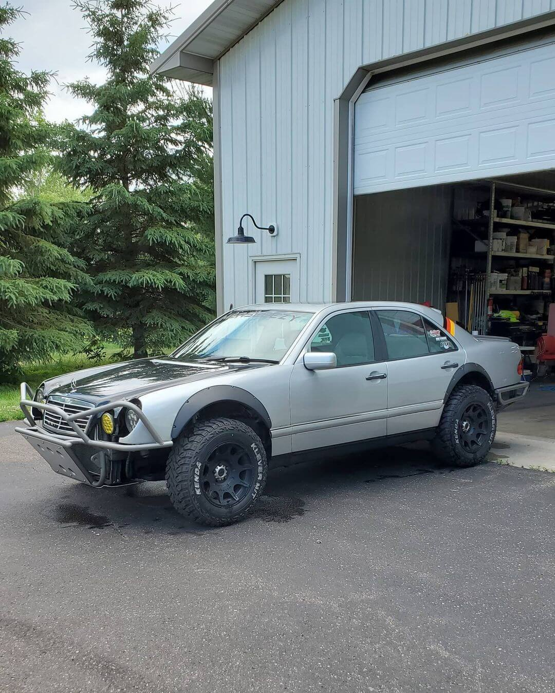 """Lifted Mercedes E-Class on 31"""" tires"""