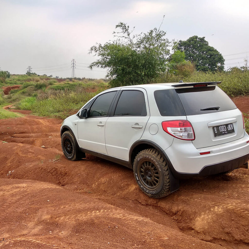 Lifted Suzuki SX4 With mud tires